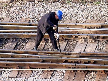 This rail worker faces many dangers every day. If you have been injured while working for a railroad company, call an Odessa FELA attorney now.